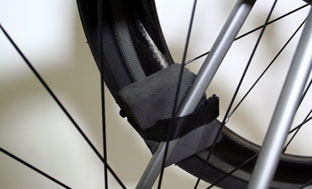 Picture 18: Attach the wheel to the seatstay