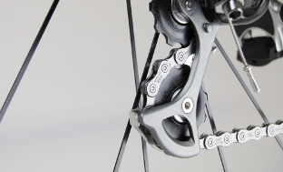 Picture 3: Take extra care that the rear derailleur does not touch the spokes