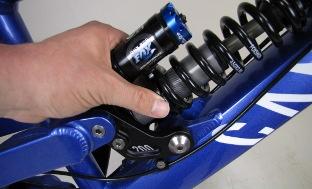 Picture 2: Adjustment of coil preload on Fox VAN dampers