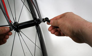 Picture 19: Inserting the front wheel