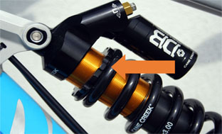 Picture 3: Knob for adjusting the coil preload on the Cane Creek Double Barrel rear shock